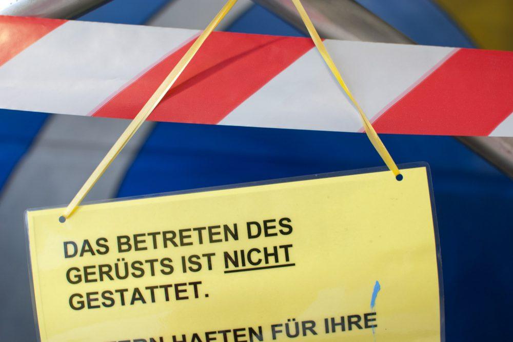 Detail: Schild am Gerüst: Betreten Verboten