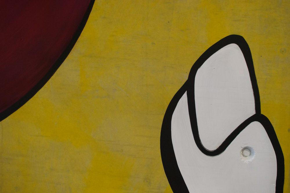 Detailfoto Daumen und roter Ball