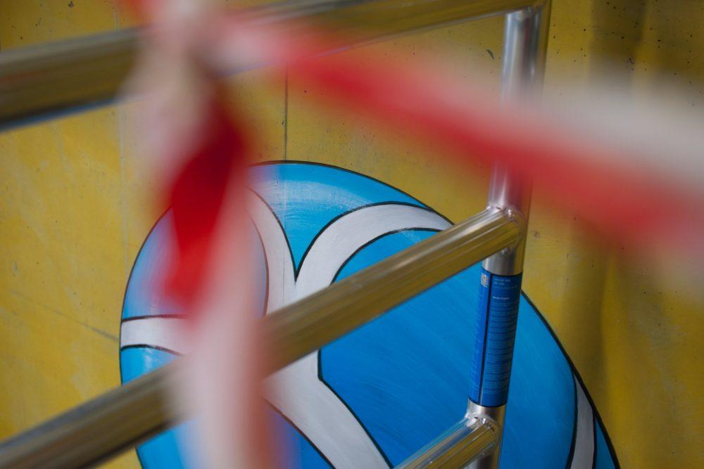 Detailfoto Gerüst mit Flatterband und Blauer Ball