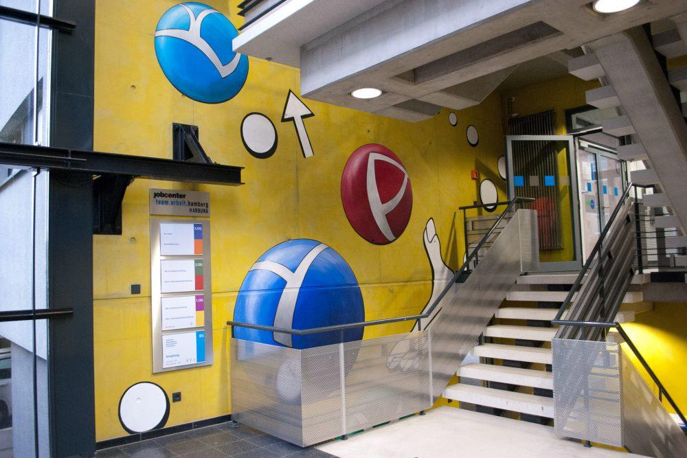 Eingangsbereich Jobcenter Harburg mit Wandbild