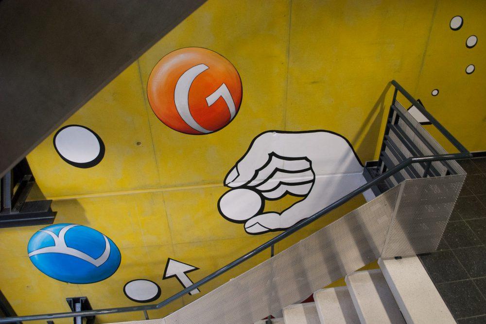 Blick von der Treppe auf Orangenen Ball und  Hand mit Spielball