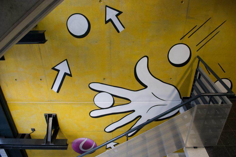 Blick von der Treppe auf offene Hand mit Spielball
