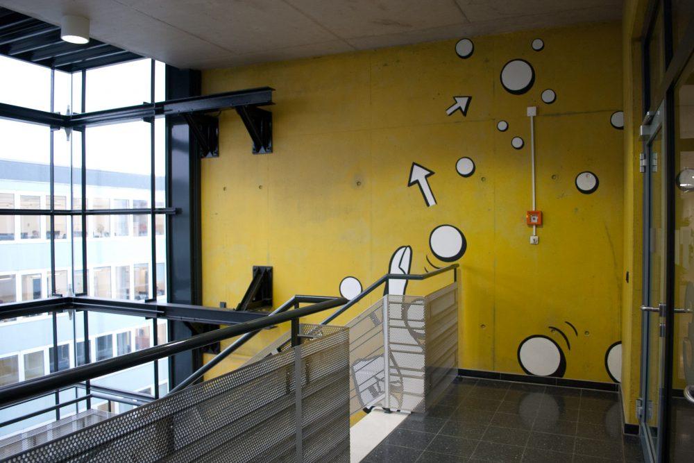 Blick vom 3.OG auf das Wandbild, springende und rollende Kugeln